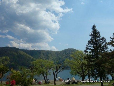 西湖自由キャンプ場の湖畔サイト